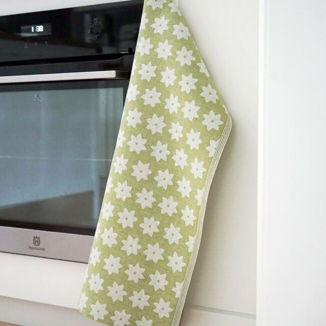 Linblomsgrön handduk Klässbols. Design Helena Bengtsson kök