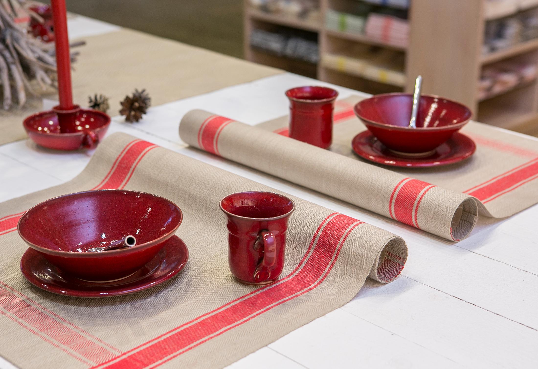 Allmoge kökshandduk linnehandduk Klässbols Linneväveri oblekt med rött inslag som bordstablett