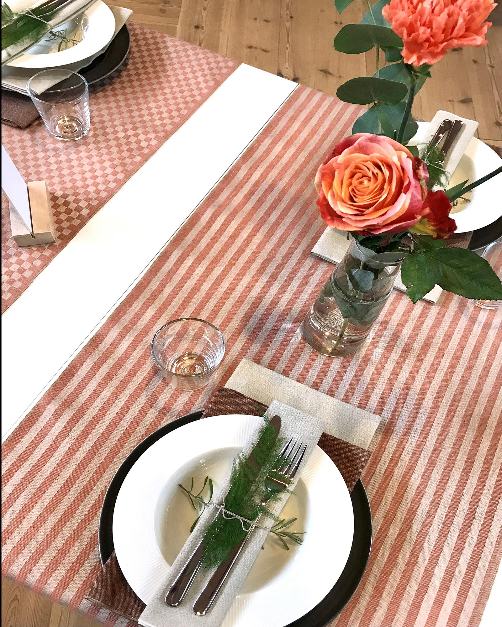Anne och Line puderrosa bordslöpare Santin oblekt och rostbrun och Robust oblekt servetter
