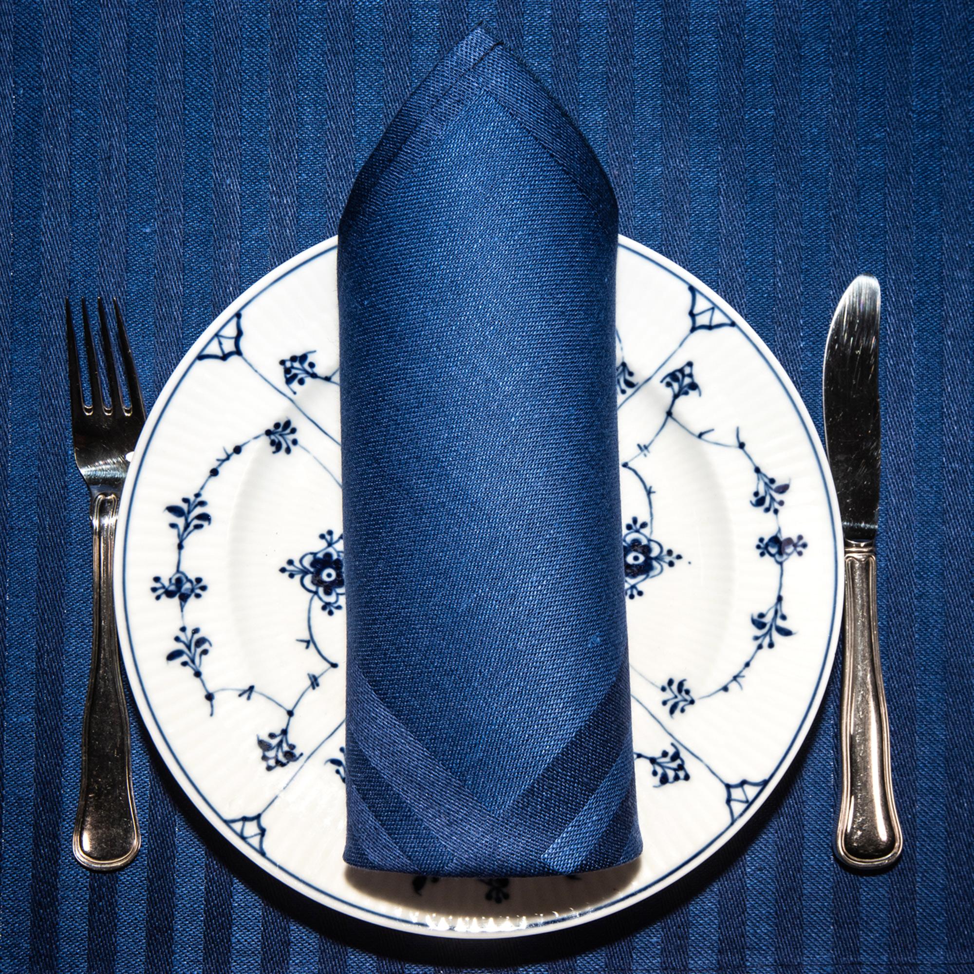 Blå ordern linne servetter tabletter Klässbols Linneväveri Hanne Vedel bordsdukning med tallrik