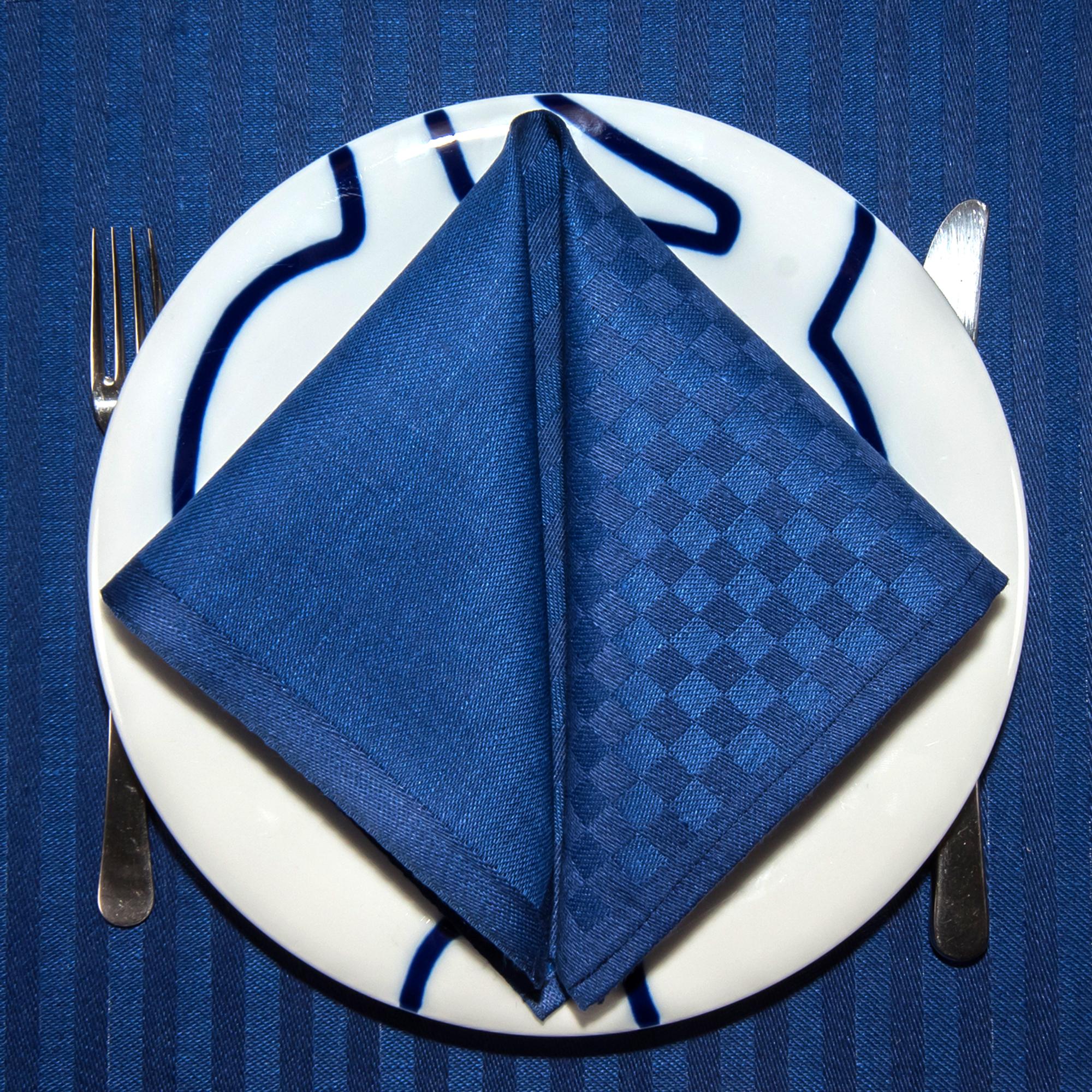 Blå ordern linne servetter tabletter på tallrik med bestick Klässbols Linneväveri Hanne Vedel bordsdukning