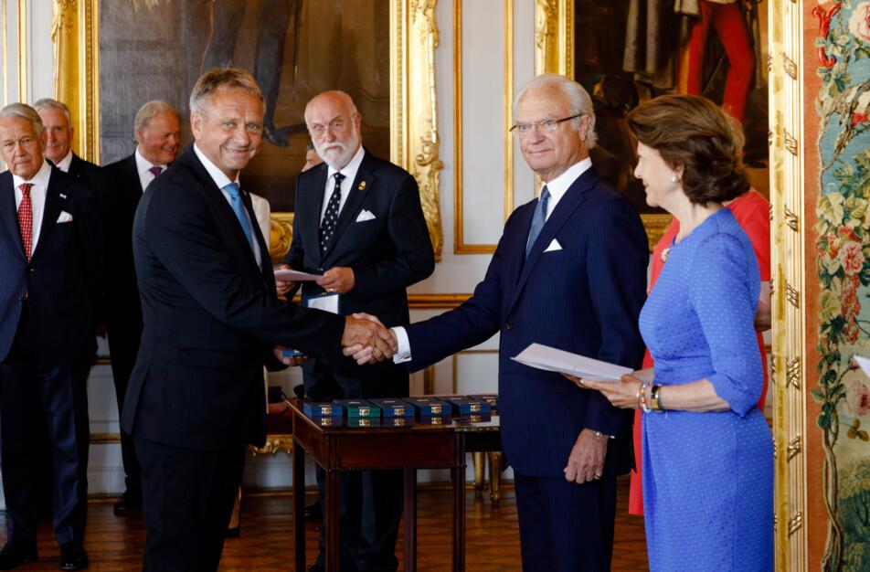 Dick Johansson Klässbols linneväveri tar emot Kungliga medaljen av åttonde storleken av Kung Carl XVI Gustav och Drotting Silvia. Foto Yanan Li