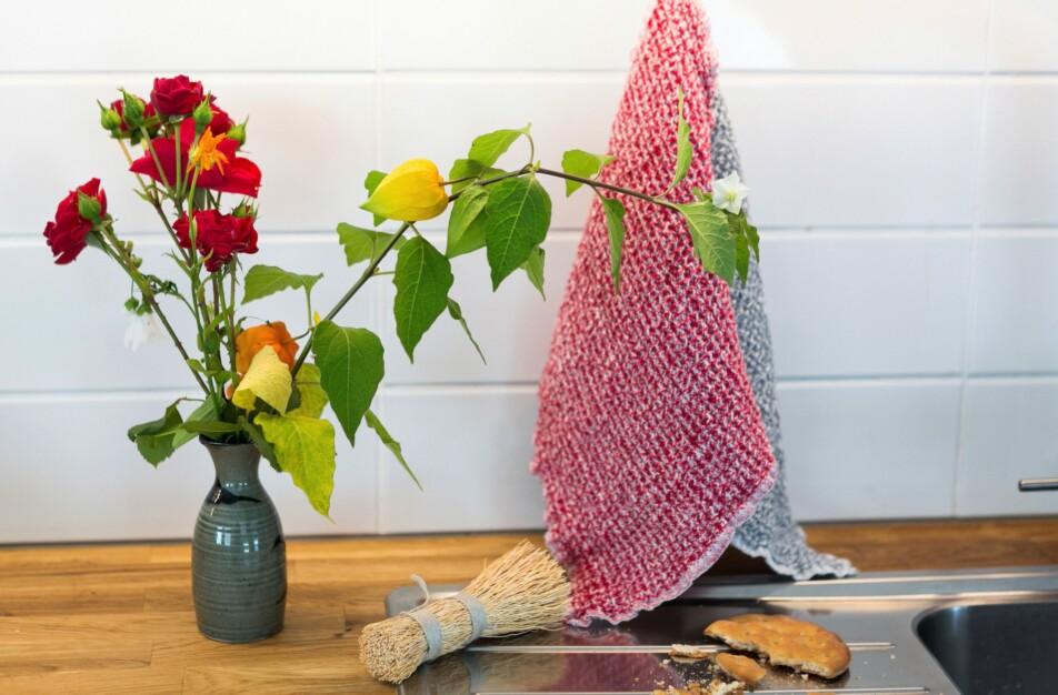 Diskduk 100 % lin. Klässbols linneväveri röd hängande i köket