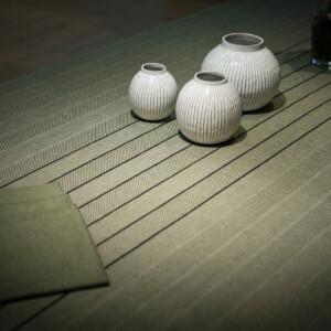 Gärdet linneduk mossgrön med satin servetter och vaser
