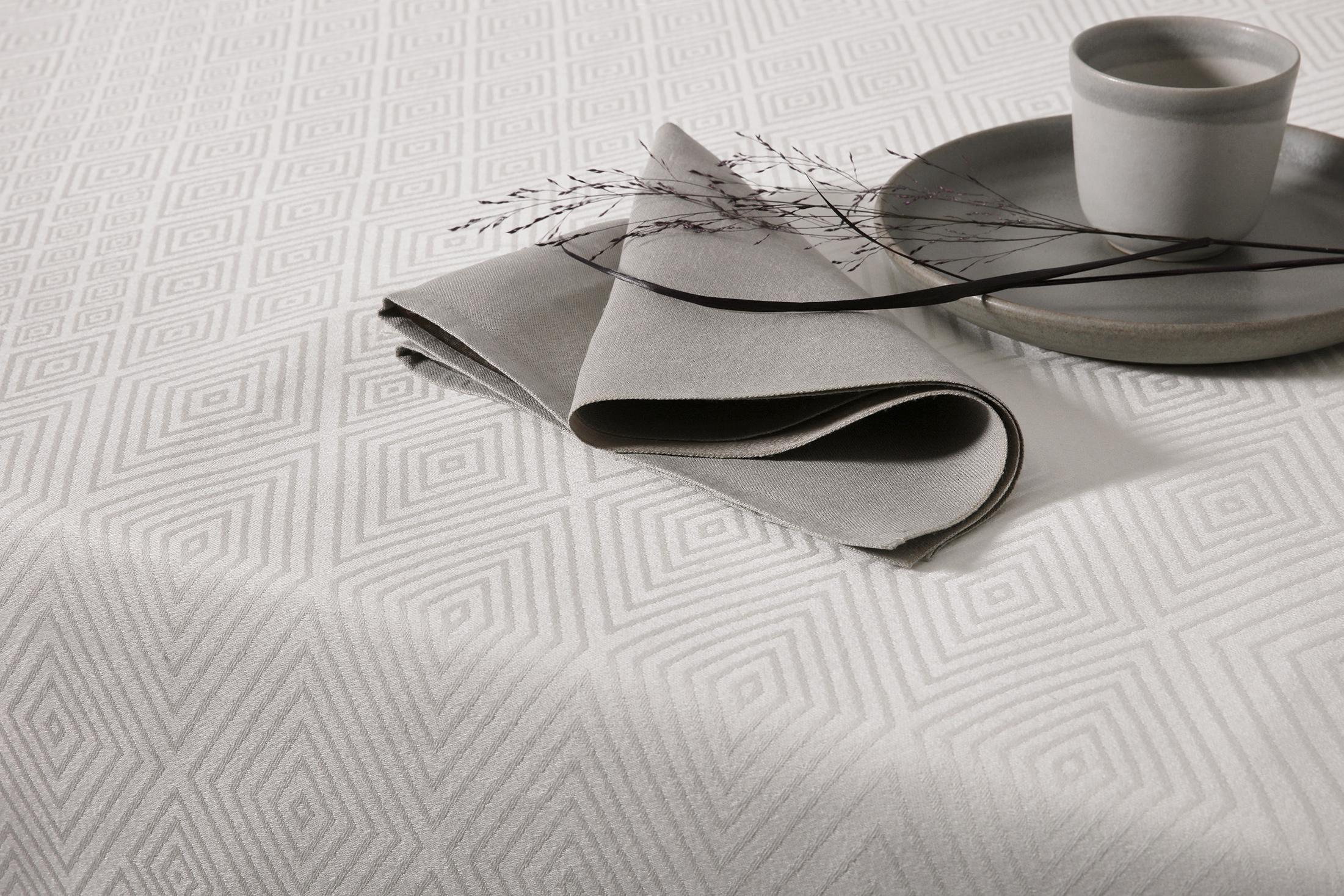 Gåsöga linneduk i silvergrått och med grafitgrå Satin servett