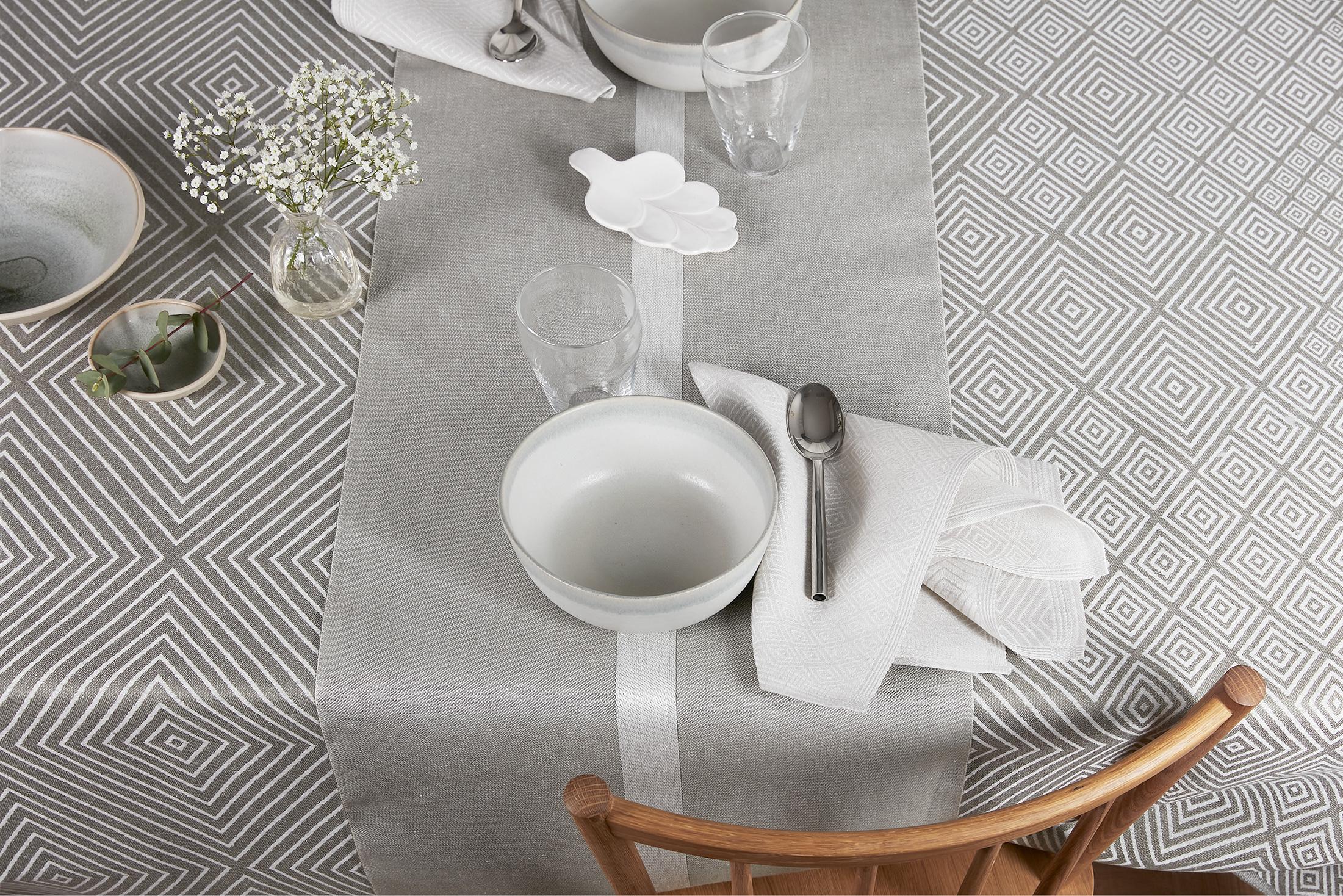 Klässbols grafitgrå Gåsöga linneduk med silvergrå servett och dimgrön linjal bordslöpare