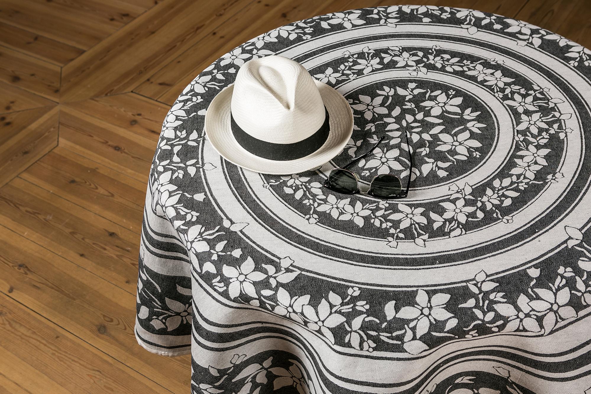 Grez-sur-loing duk med hatt och glasögon linneduk Klässbols Linneväveri formgivare Torkel Dahlstedt svart