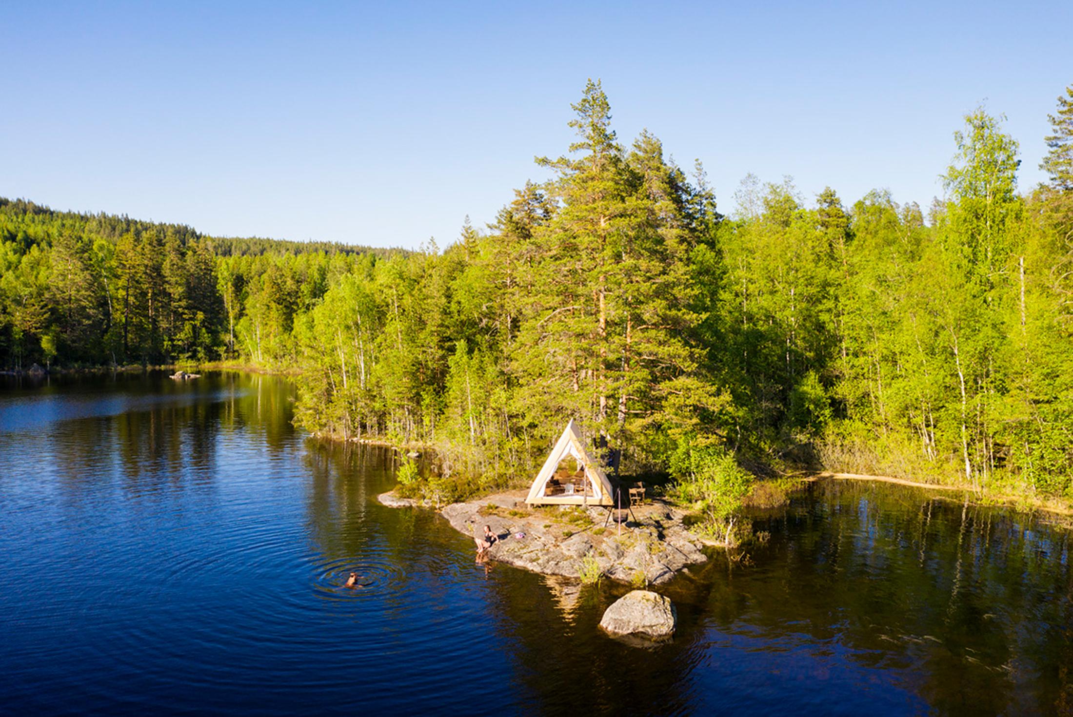 Utsikt över Happie Camps wood frame tält i Glaskogen Arvika
