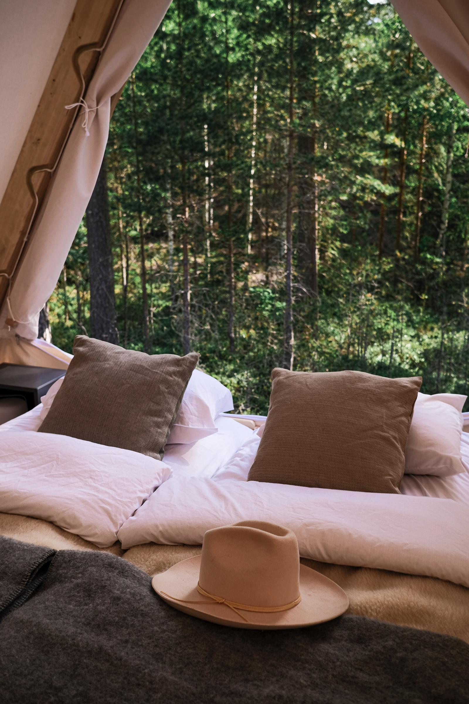 Utsikt från Happie Camps wood frame tält i Glaskogen Arvika. Kuddar från Klässbols Linneväveri