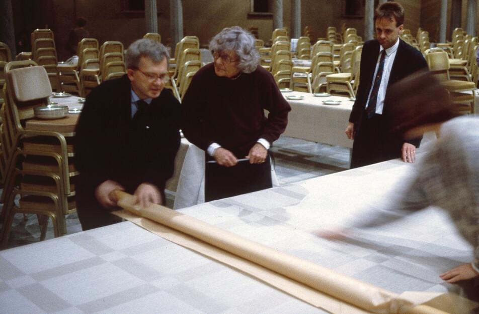 Äldre bild på Ingrid Dessau och Dick Johansson Klässbols Linneväveri till höger. Nobeldukningen i full gång.