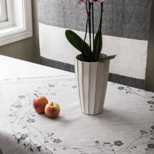 Linblommekrans linneduk Klässbols Linneväveri Ingela Berntsson svart blå oblekt med äpplen och blomma