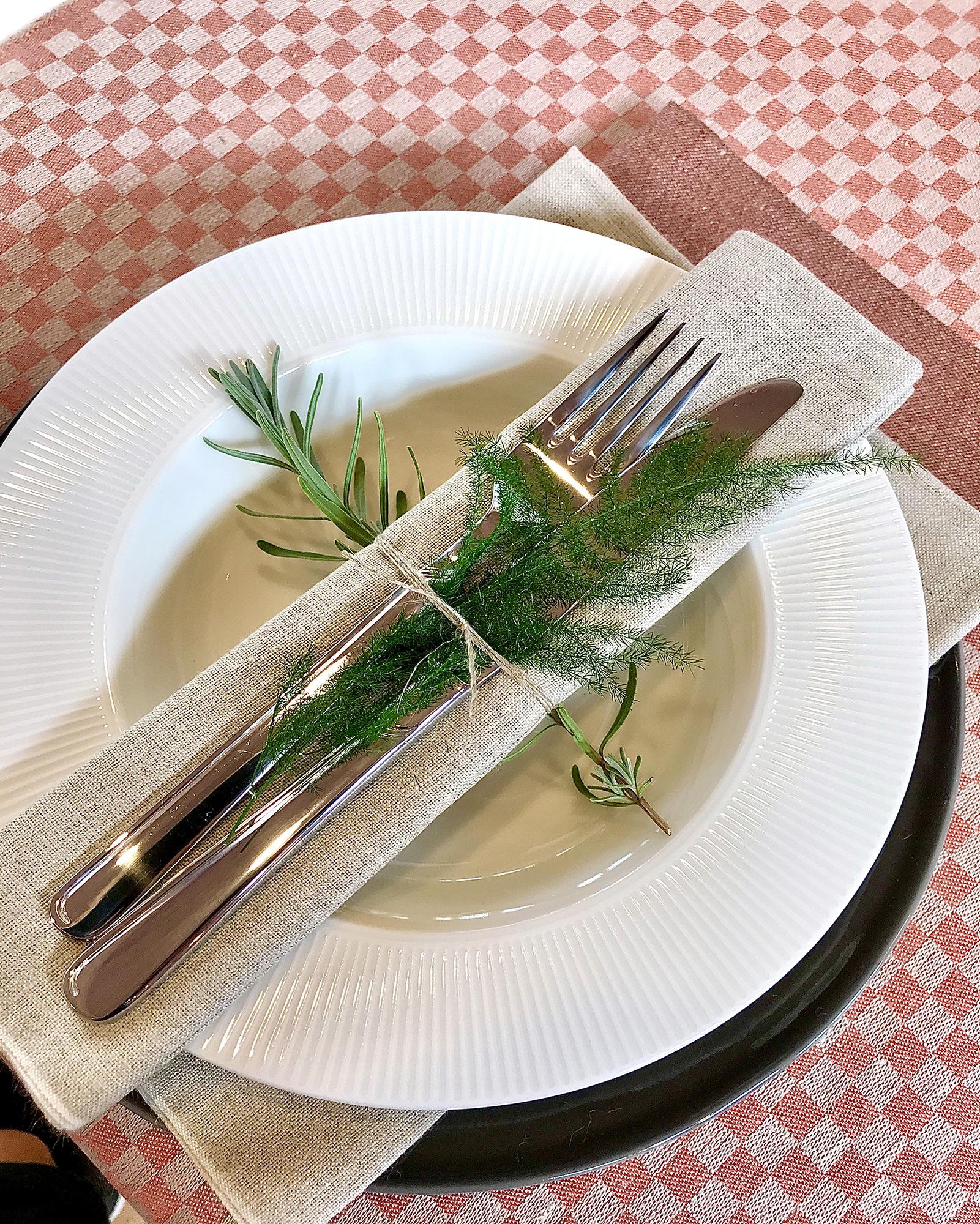 Line puderrosa bordslöpare Santin oblekt och rostbrun och Robust oblekt servetter