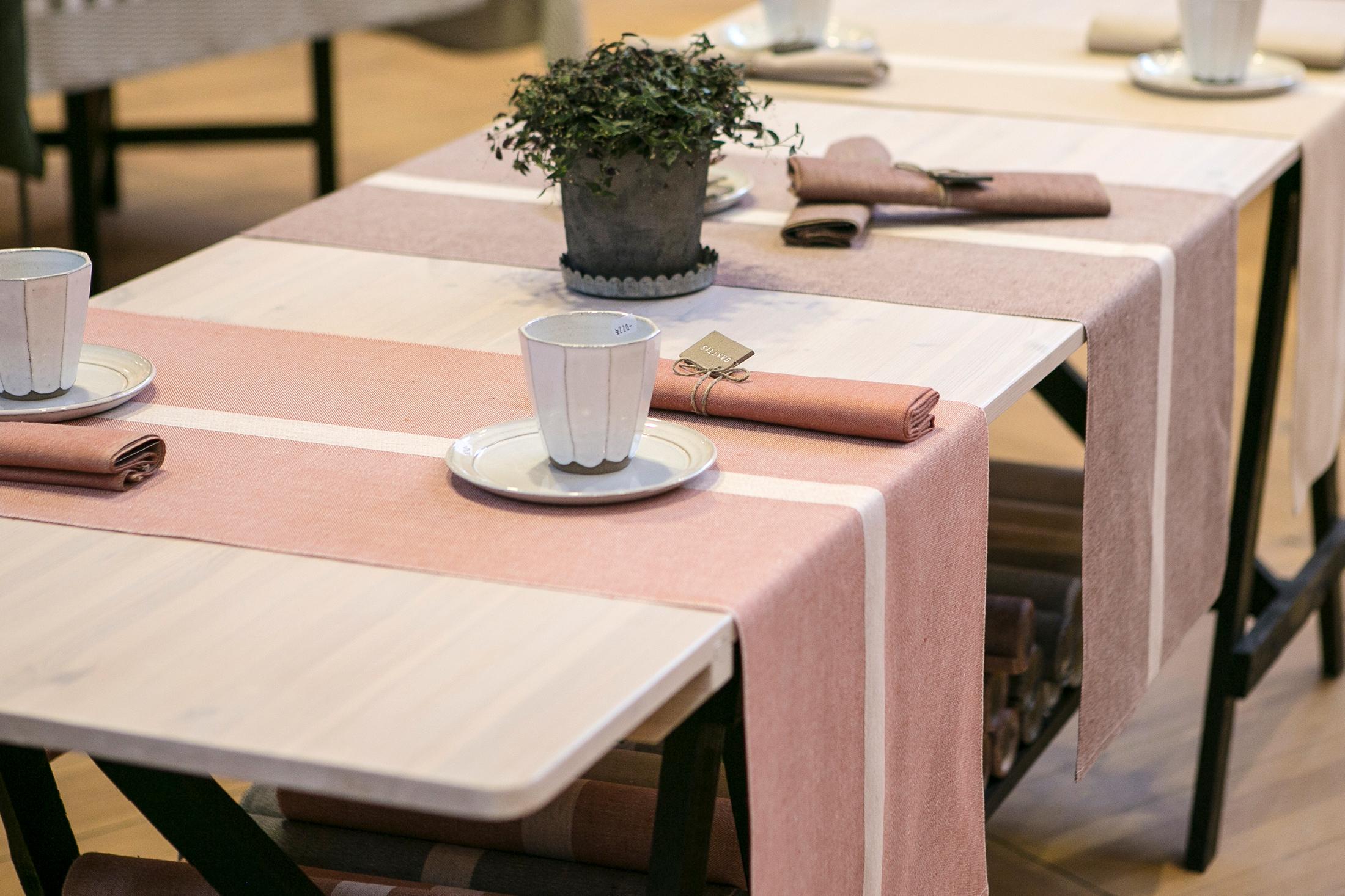 Linjal bordslöpare i färgerna puderrosa, rostbrun och lejongul. Design Urban Johansson