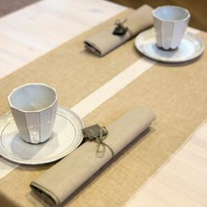 Linjal bordslöpare i färgen lejongul. Design Urban Johansson