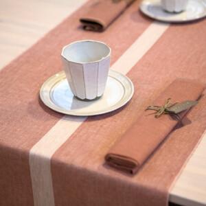 Linjal bordslöpare i färgen puderrosa. Design Urban Johansson