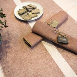 Linjal bordslöpare i färgen rostbrun. Design Urban Johansson