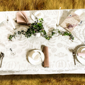Bröllop i det fria. Krans & Krona linneduk ovanifrån foto Carl-Erik Willman Magnus Lersten