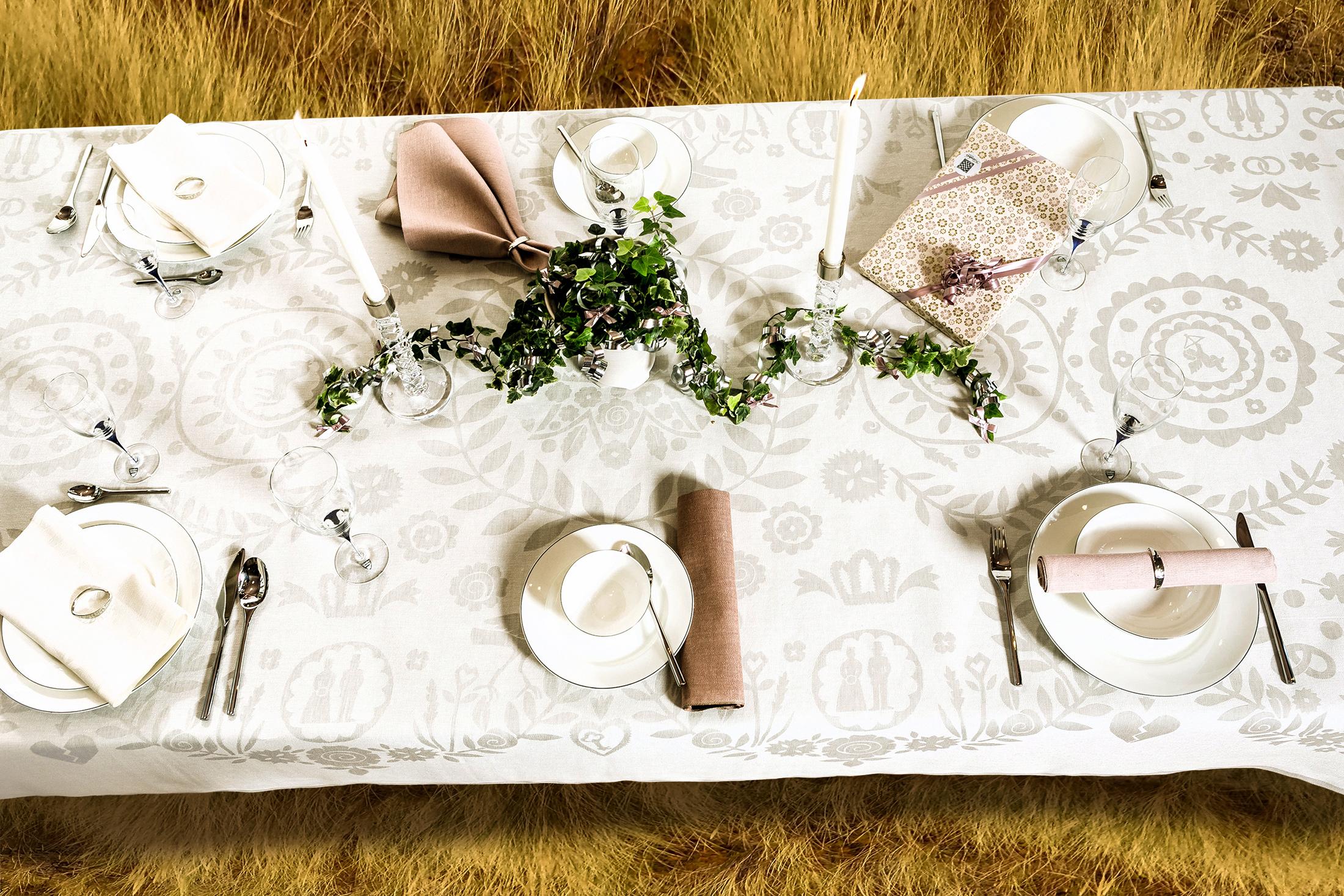 Bröllop i det fria. Krans & Krona linneduk ovanifrån